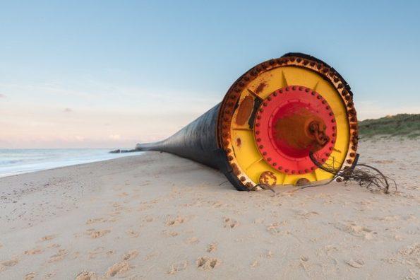 15024659671487956 595x396 - Гигантские 100 метровые трубы выбросило на берег Англии