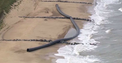 1502529023225626727 - Гигантские 100 метровые трубы выбросило на берег Англии